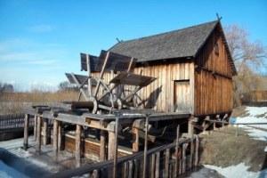 7019600-en-bois-ancien-moulin-a-eau-nowogrod-heritage-park-pologne