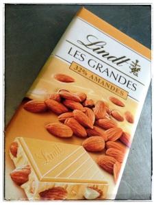 Chocolat blanc aux amandes entières.